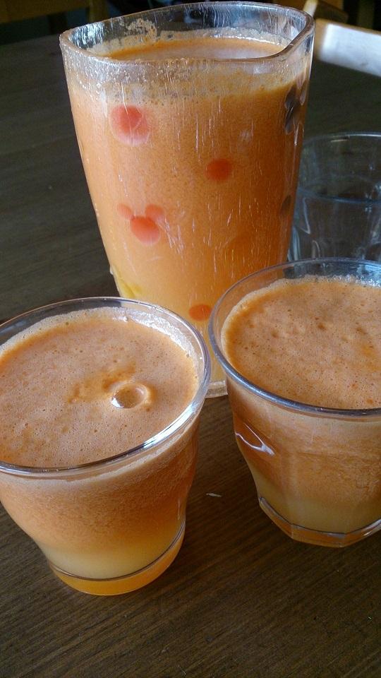 しぼりたてのニンジンジュースも生きた酵素がはいっています。(毎日奥様がしぼってます。)