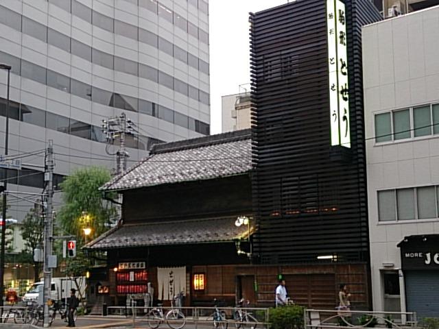 ビル群のなかにぽつんと江戸の建物が・・・。