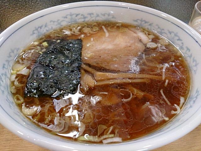 この透きとおる醤油スープ。一見普通ですが、一口食べると分かります。これぞ王道なんです。
